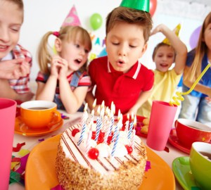 ninos-soplando-las-velas-en-la-fiesta-de-cumpleanos_1098-1342